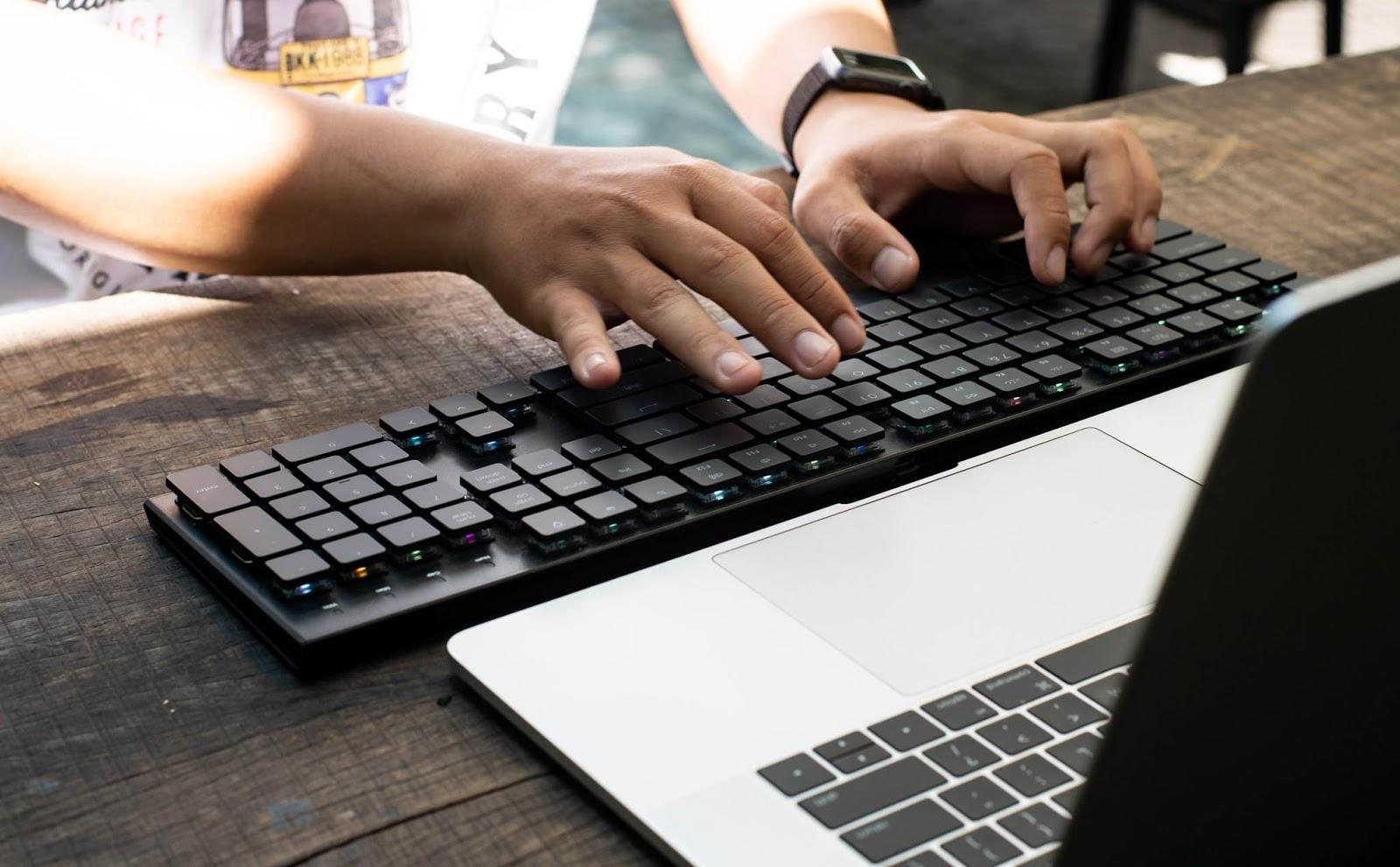 Bàn phím cơ không dây phù hợp cả với game thủ lẫn người làm văn phòng cần di chuyển nhiều